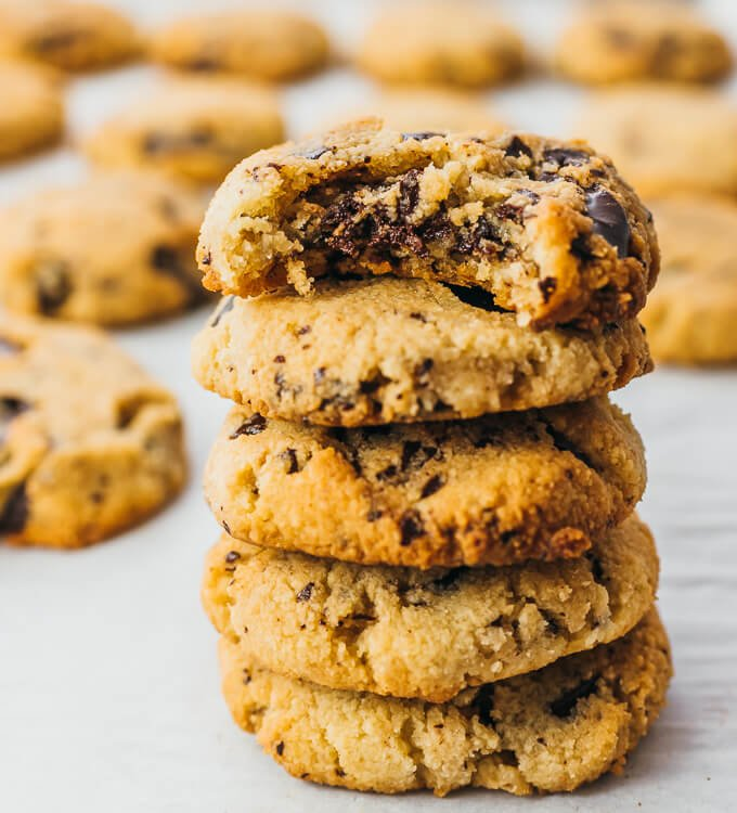 Keto Chocolate Chip Cookies and 16 other refined sugar free snacks recipes. Perfect for school snacks, post work out snacks, or whenever you need an easy snack! Get the recipe round-up on naturallysweetkitchen.com #schoolsnacks #healthysnacks #naturallysweetkitchen #preworkoutsnacks #refinedsugarfree